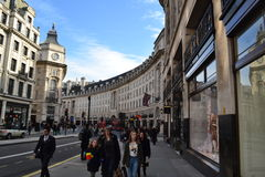 Via principale di Londra un giorno soleggiato Fotografia Stock Libera da Diritti
