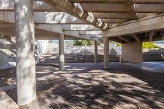 Via protetta nell'ambito di bella architettura concreta vicino all'alta corte dell'Australia Fotografie Stock