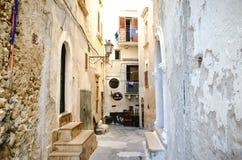 Via Puglia dello stretto di gargano di Vieste Immagini Stock