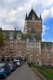 Via a Québec con l'hotel di Le Chateau Frontenac immagine stock