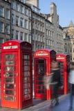 Via reale di miglio delle vecchie cabine telefoniche rosse a Edimburgo Fotografia Stock