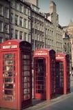 Via reale di miglio delle vecchie cabine telefoniche rosse a Edimburgo Immagini Stock