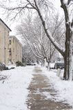 Via residenziale con le costruzioni di appartamento del mattone il giorno di inverno nevoso in Chicago, Illinois, U.S.A. immagini stock libere da diritti