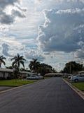Via residenziale con le nuvole drammatiche sopraelevate Fotografia Stock Libera da Diritti