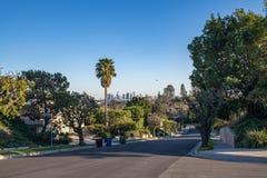 Via residenziale di Los Angeles con l'orizzonte del centro della LA Fotografie Stock