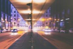 Via a Riga nella sera con la riflessione fotografia stock