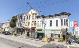 Via ripida con le vecchie costruzioni tipiche per San Francisco Immagine Stock Libera da Diritti