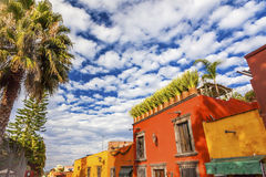 Via San Miguel de Allende Mexico della città di giallo arancio Fotografie Stock Libere da Diritti