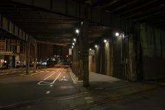 Via scura del tunnel del treno della città alla notte Fotografia Stock
