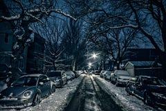 Via scura e fredda della città di inverno alla notte Fotografia Stock Libera da Diritti