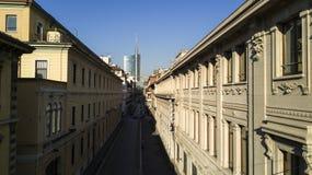 Via Solferino Milan, bästa sikt, Unicredit torn, högkvarter av Corriere della Sera och Ubi Banca Royaltyfri Foto