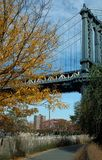 Via sotto il ponte di Manhattan, Brooklyn New York, U.S.A. Immagine Stock Libera da Diritti