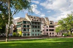 Via a Strasburgo con le belle case a graticcio Immagini Stock
