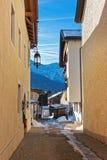 Via stretta accogliente di Garmisch-Partenkirchen nell'inverno Fotografie Stock Libere da Diritti