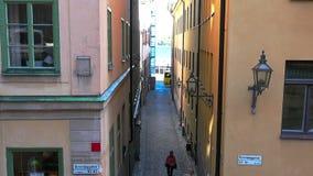 Via stretta antica a Stoccolma centrale Vecchia città archivi video