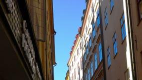 Via stretta antica a Stoccolma centrale Vecchia città stock footage