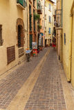 Via stretta in Collioure Immagini Stock