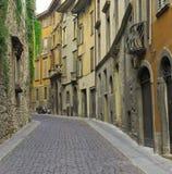 Via stretta con ciottolo a Bergamo Fotografie Stock Libere da Diritti