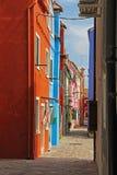 Via stretta con i condomini variopinti in Burano, Venezia, Italia Fotografia Stock Libera da Diritti
