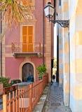 Via stretta con la siluetta della donna e vecchie costruzioni variopinte in vecchia piccola città costiera Sestri Levante in Ligu fotografia stock
