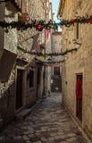 Via stretta con le decorazioni di Natale in Città Vecchia, Cattaro immagini stock libere da diritti