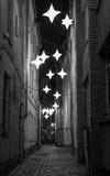 Via stretta con le stelle alla notte Immagini Stock Libere da Diritti