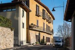Via stretta della città di Bergamo, Italia Immagini Stock Libere da Diritti