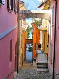 Via stretta della città di Varenna Fotografia Stock
