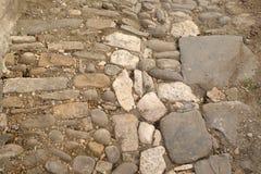 Via stretta della pietra del ciottolo in vecchia città Berat, Albania Immagine Stock Libera da Diritti