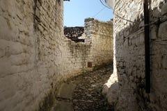 Via stretta della pietra del ciottolo in vecchia città Berat, Albania Fotografia Stock Libera da Diritti