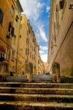 Via stretta di architettura medievale a Roma Immagine Stock