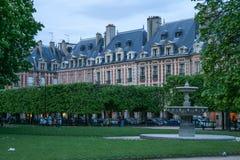 Via stretta di Parigi stasera Viaggio intorno alla Francia fotografia stock