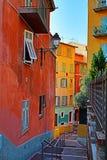 Via stretta e vecchie costruzioni in Nizza un giorno di estate Fotografia Stock