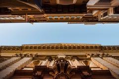 Via stretta ed alta vista di prospettiva delle costruzioni a La Valletta Fotografia Stock Libera da Diritti