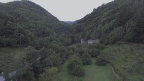 Via stretta medievale del ciottolo nel villaggio di Valdemossa stock footage