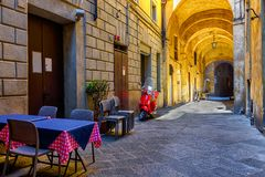 Via stretta medievale a Siena, Toscana Fotografia Stock