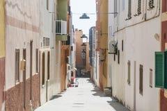 Via stretta nel centro urbano di Morro Jable, Fuerteventura, Spagna fotografia stock