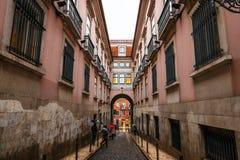 Via stretta nel negativo per la stampa di cartamoneta del quartiere ispanico a Lisbona Immagine Stock Libera da Diritti