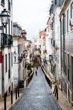 Via stretta nel negativo per la stampa di cartamoneta del quartiere ispanico a Lisbona Fotografia Stock