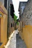 Via stretta nella città medioevale di Rodi. immagine stock