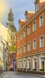 Via stretta nella vecchia città di Riga, Latvia Fotografia Stock