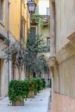 Via stretta nella vecchia città in Italia fotografia stock libera da diritti