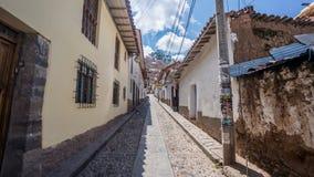 Via stretta nella vecchia vicinanza della città di Cusco, Perù Immagine Stock