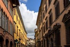 Via stretta a Pisa, Italia fotografie stock