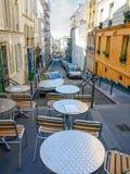 Via stretta sulla collina di Montmartre a Parigi Immagine Stock