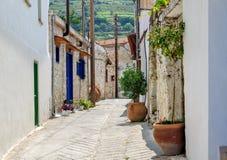Via stretta in vecchio villaggio Immagini Stock
