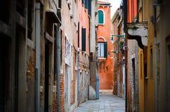 Via stretta a Venezia Fotografia Stock Libera da Diritti