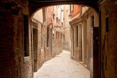 Via stretta a Venezia Fotografie Stock Libere da Diritti