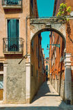 Via stretta a Venezia Fotografie Stock