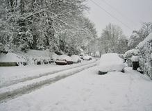 Via suburbana di Snowy in Inghilterra Fotografia Stock